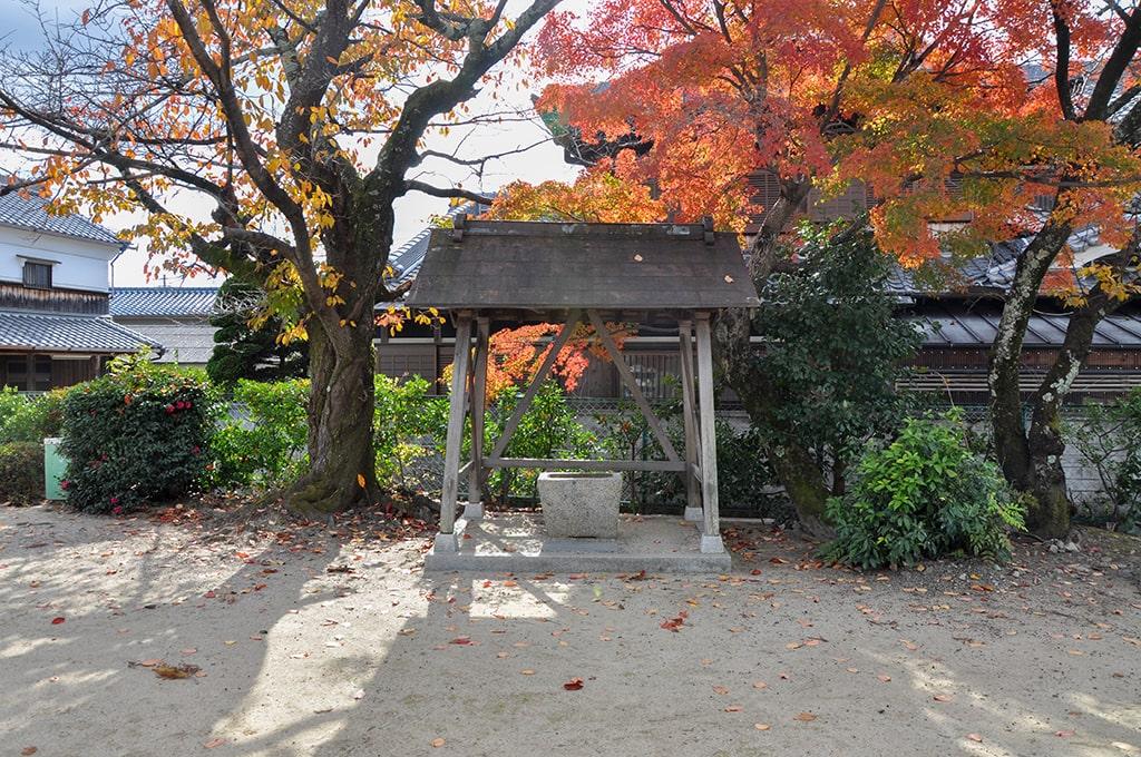 春日神社(粟生間谷)/手水舎