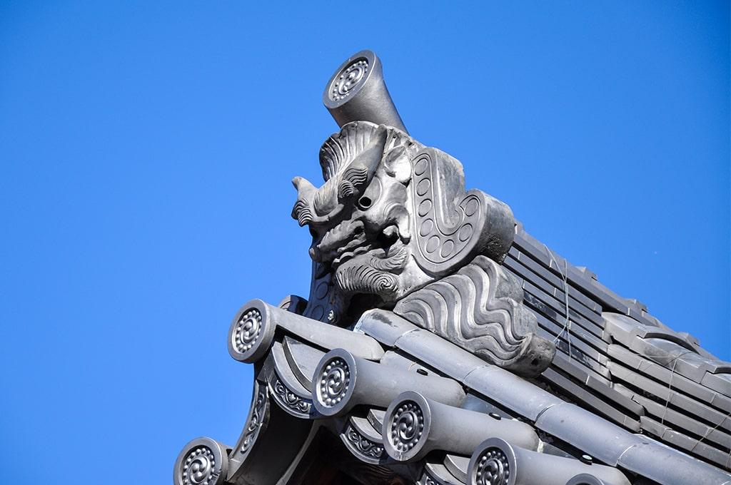 牧落八幡宮/拝殿屋根の鬼瓦