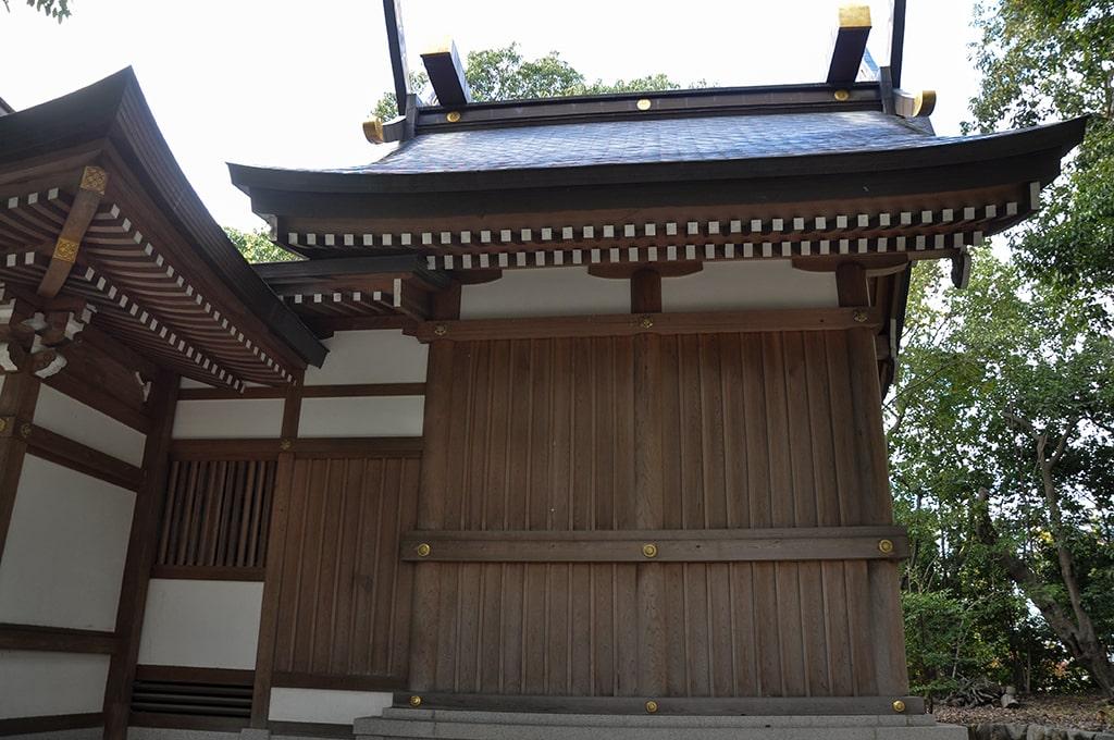 新家春日神社/社殿横から